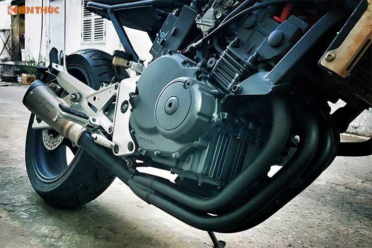 Nằm bên dưới bình xăng, khối động cơ 4 xi-lanh thẳng hàng DOHC 250cc của Hornet 250 đã được giữ nguyên bản, chỉ thay pô RC để đem tới âm thanh trầm ấm hơn. Các chi tiết trên lốc máy, cổ pô, hệ thống làm mát... cũng được làm mới lại đẹp và cá tính hơn so với chiếc xe cũ trước.