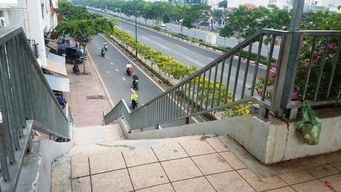 Không chỉ vắng người đi, hàng loạt cầu bộ hành trên đường Phạm Văn Đồng còn trở thành nơi chứa rác khi nhiều loại rác thải án ngữ trên cầu thang, mặt cầu, thậm chí tấp thành đống nhưng không có người dọn.