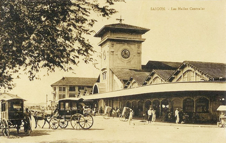Những chiếc xe ngựa bốn bánh ở trước Chợ Bến Thành năm 1921. Loại xe này mang kiểu dáng như xe song mã ở châu Âu, thường được dùng để phục vụ viên chức thuộc địa và gia đình, hoặc những người giàu có. Ảnh tư liệu.