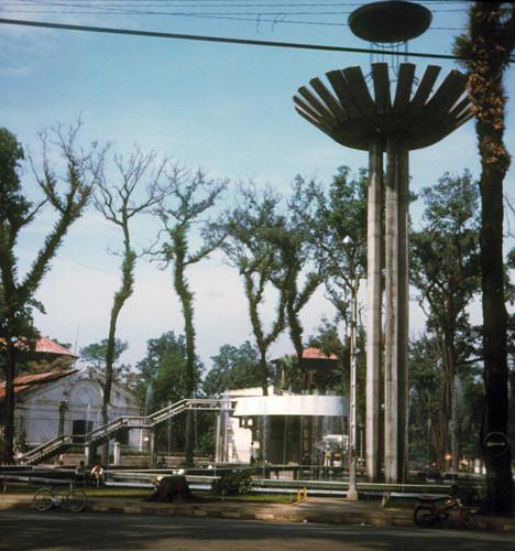 Sau khi tượng đài cũ được phá bỏ, Hồ Con Rùa bắt đầu được xây dựng theo thiết kế của kiến trúc sư Nguyễn Kỳ. Ảnh: Dick Leonhardt.