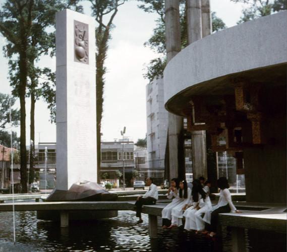 Quanh tháp là hồ nước hình bát giác lớn với bốn đường đi bộ xoắn ốc đồng hướng đến hình tượng con rùa bằng hợp kim có đỡ trên lưng bia đá khắc tên các quốc gia viện trợ cho miền Nam Việt nam. Ảnh tư liệu.