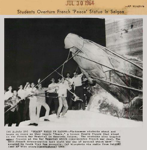 Vào năm 1964, các sinh viên theo khuynh hướng dân tộc đã gây ra một cuộc bạo loạn và kéo đổ các tượng đồng của Pháp. Sau đó, tượng đài bị phá dỡ, và khu vực này được đổi tên thành Công trường Chiến sĩ. Ảnh: AP.
