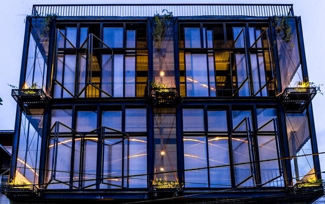 Lấy cảm hứng từ kiến trúc Pháp, ngôi nhà đa chức năng này được sử dụng làm văn phòng làm việc là chủ yếu.
