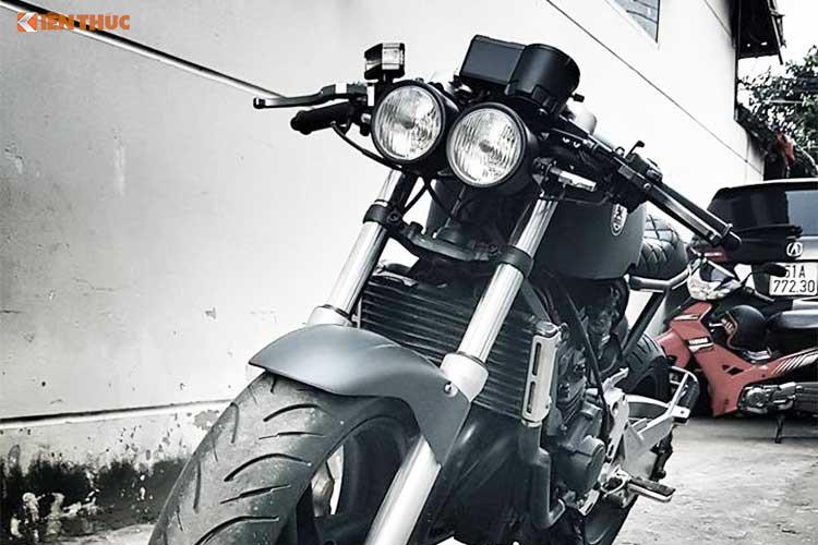 Ở dạng nguyên bản, Honda Hornet 250 sở hữu kiểu dáng thuần chất naked-bike. Tuy nhiên, để khiến chiếc xe trở thành một mẫu cafe racer thực thụ, xưởng độ Tự Thanh Đa tại Sài Gòn đã tiến hành dọn nhẹ lại tổng thể chiếc xe, sử dụng một số phụ tùng thay thế rẻ nhưng vẫn chất.