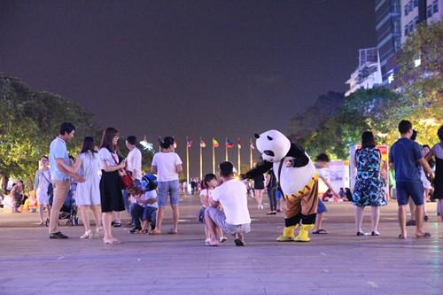 Cách đó chừng vài chục mét là gấu trúc Panda đang mời khách chụp hình rồi mua kẹo