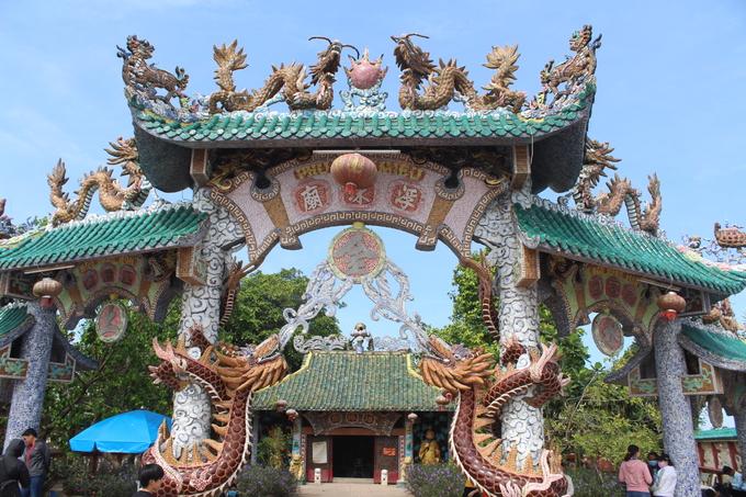 Ngôi miếu cổ được xây dựng cách đây hơn 300 năm, kiến trúc pha lẫn giữa Trung Hoa và Việt Nam. Nhiều hình rồng được cẩn bằng sứ tinh xảo. Bên trong chia làm hai gian: chánh điện phía trước và nơi thờ năm Mẹ phía sau, ngoài sân thờ các vị bồ tát.