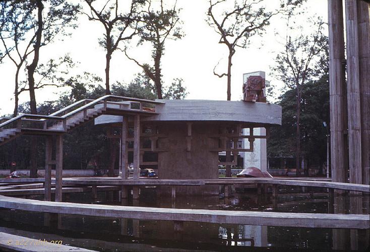 Sau đó, con rùa bị phá hủy trong một vụ nổ mà nguyên nhân không được xác định. Nhưng cái tên Hồ Con Rùa thì vẫn được dùng theo thói quen. Ảnh: Wayne Trucke