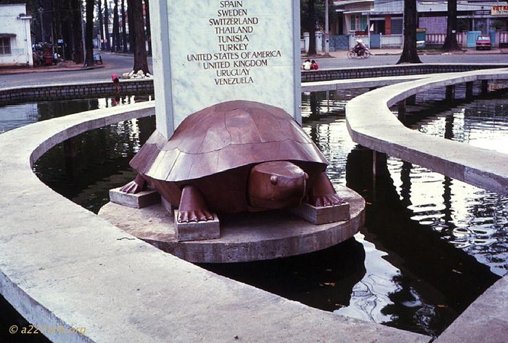 Sau khi công trình được xây dựng hoàn chỉnh, vào năm 1972 khu giao lộ đổi tên thành Công trường Quốc tế. Nhưng người dân gọi là Hồ Con Rùa do có con rùa giữa hồ. Ảnh: Dick Leonhardt
