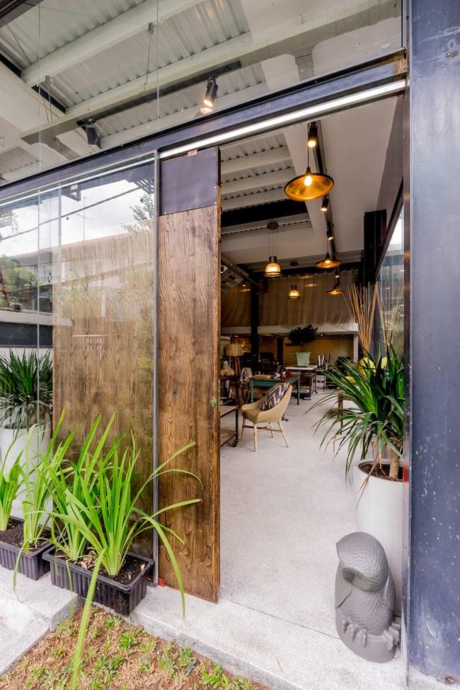 Thiết kế ngôi nhà như một không gian 3 chiều, đủ để làm việc, đủ mảng xanh để cảm thấy không khí trong lành, đủ thoáng rộng để trưng bày sản phẩm.
