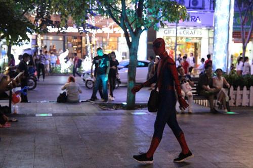 """Một """"người nhện"""" bán hàng rong ở phố đi bộ Nguyễn Huệ"""