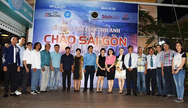 Ban giám khảo và Ban tổ chức chụp hình lưu niệm với các tác giả được giải