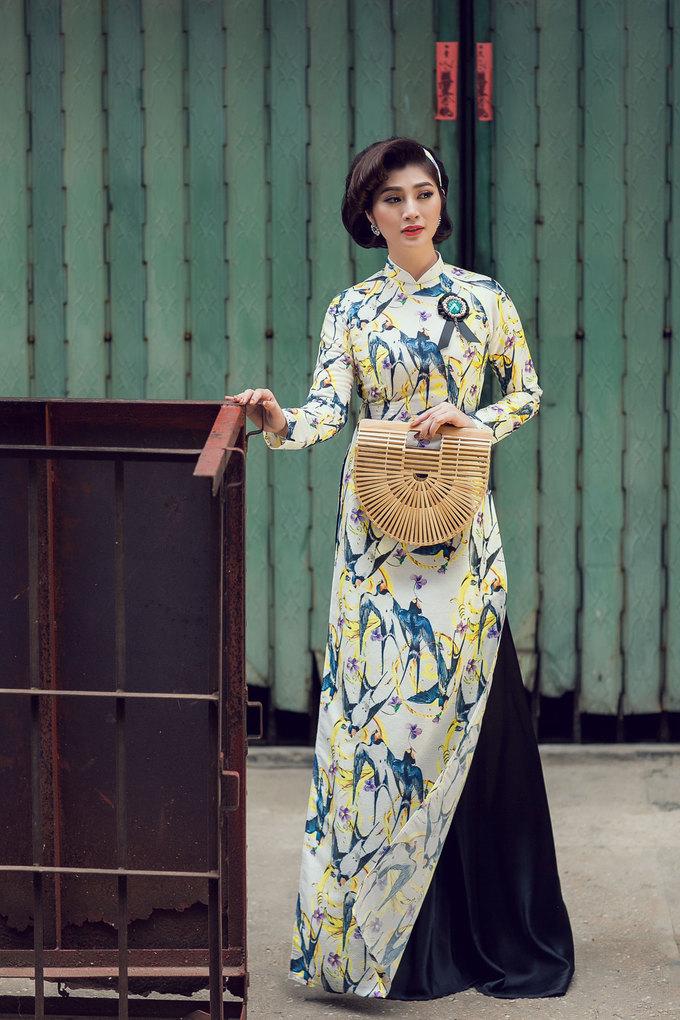 Vẫn với phom dáng truyền thống của áo dài Việt Nam nhưng họa tiết gạch bông trong kiến trúc Đông Dương hay hoa nhí điệu đà đem đến diện mạo, hơi thở mới cho kiểu trang phục này.