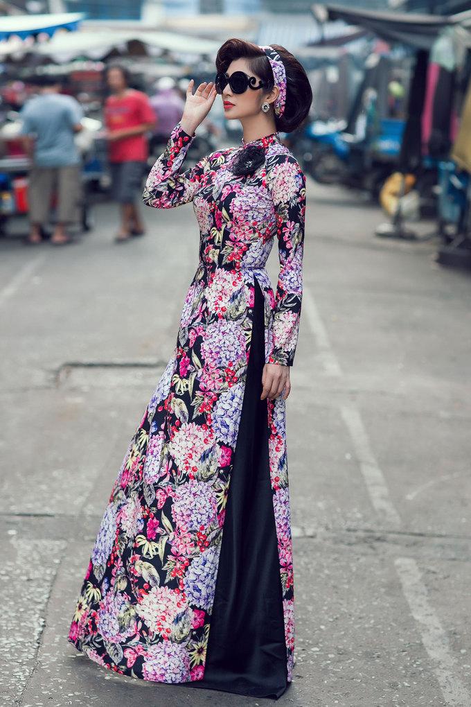 """Tóc búi với phần mái xoăn sóng cổ điển là lựa chọn thích hợp cho chị em hóa """"Cô ba Sài Gòn"""" trong dáng áo kiêu sa, đài các này."""