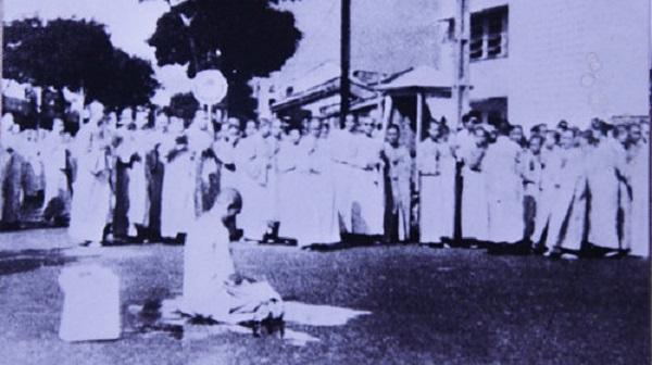 Bồ tát Thích Quảng Đức ngồi kiết già niệm Phật, chuẩn bị tự thiêu - Ảnh: Nguyễn Văn Thông