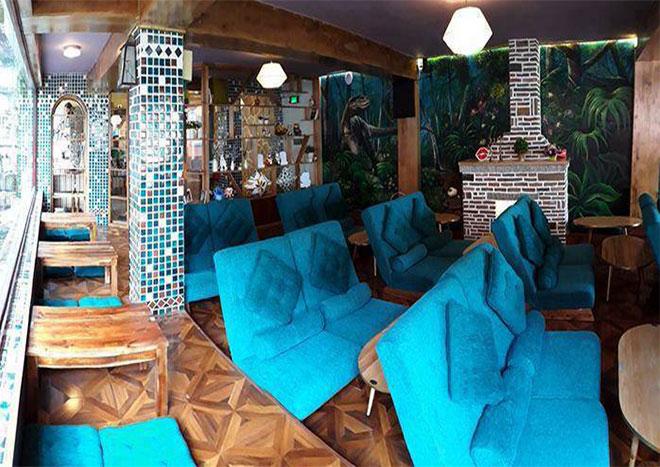 """Hãy thử ghé """"KHÔNG GIAN NHÀ TREO"""" của City Garden Café. Một không gian đậm màu cổ tích thần tiên với cây cầu treo dẫn vào khu nhà, lắc lư theo từng bước đi của bạn."""