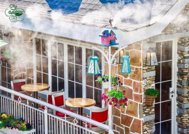 Toàn không gian của quán được bao phủ bởi hệ thống phun sương tự động nên ngồi ở bất kỳ vị trí nào bạn cũng sẽ thấy rất mát mẻ.