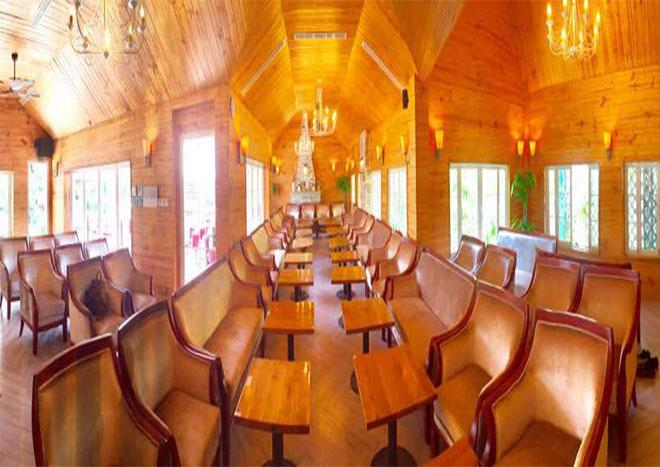 Không gian phòng lớn ốp gỗ sang trọng, ấm cúng với sức chứa từ 50-70 người với phong cách bày trí nội thất hoàng gia cổ điển, trang trọng. Ánh sáng full light tràn ngập từ các góc phòng đem đến cảm giác đẳng cấp VIP cho những thành viên tham gia buổi họp.
