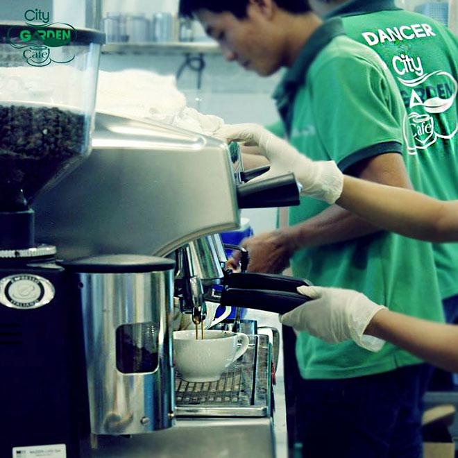 """Đặc biệt, City Garden Cafe  là quán cafe sân vườn """"chịu khó"""" trang bị các thiết bị từ Châu Âu và Châu Mỹ như máy pha chế cafe bằng hơi nước nên cafe ở đây sẽ có vị thanh nhẹ, hậu vị chắc chắn sẽ làm người sành cafe hài lòng. Đá viên tại quán được làm từ công nghệ lọc nước RO - thương hiệu Kosman của Mỹ với quy trình khép kín chuẩn mực nên luôn bảo đảm hợp vệ sinh an toàn thực phẩm."""