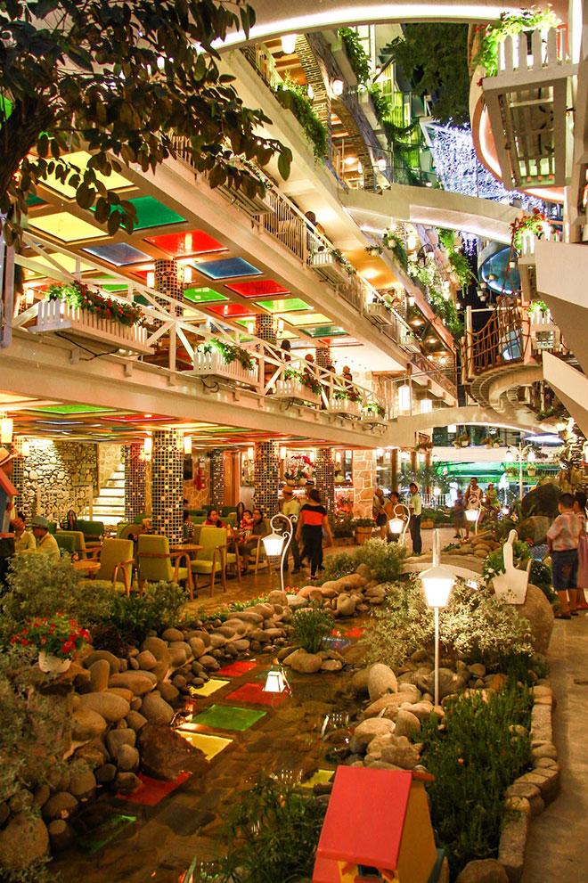 City Garden Café là quán cafe sân vườn được thiết kế theo phong cách kiến trúc Bắc Âu - Địa Trung Hải với những ô cửa lớn đầy ánh sáng, mái vòm cao sang trọng, cùng những căn hầm rượu vang kiểu Pháp với ánh đèn vàng ấm áp, bàn ghế size lớn, rộng rãi…
