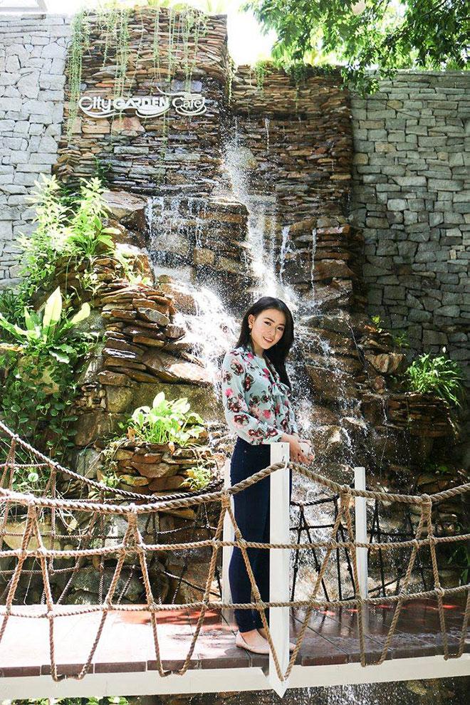 Thác mang một vẻ đẹp mạnh mẽ, đổ những màn nước trong vắt từ độ cao hơn 13 mét xuống một hồ nước nhỏ, xung quanh đầy hoa lá vi vu.