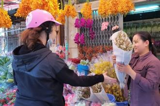Khách mua lẻ hoa nháp tại cửa hàng Thu Nga.