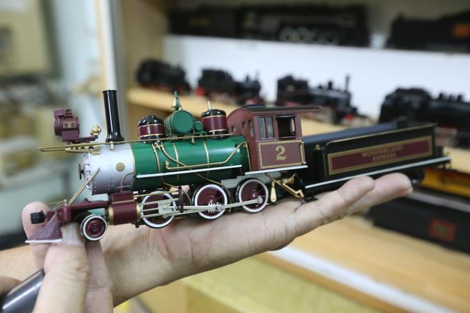 Bộ sưu tập này có nhiều loại khác nhau, từ đầu máy chạy bằng hơi nước, than, diesel cho đến bằng điện qua nhiều thời kỳ của ngành đường sắt. Tuy là mô hình nhưng các chi tiết của chúng không khác tàu thật.