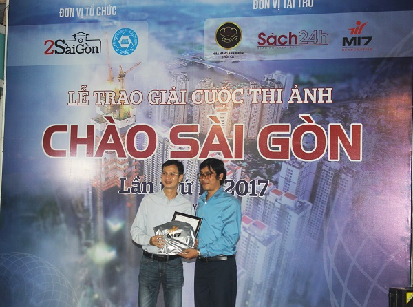 Tác giả Lê Hữu Dũng (bên trái) nhận giải thưởng tại buổi lễ