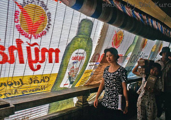 Quang cảnh tại hàng lang tầng hai của chợ Bình Tây năm 1966. Ảnh: Doi Kuro.