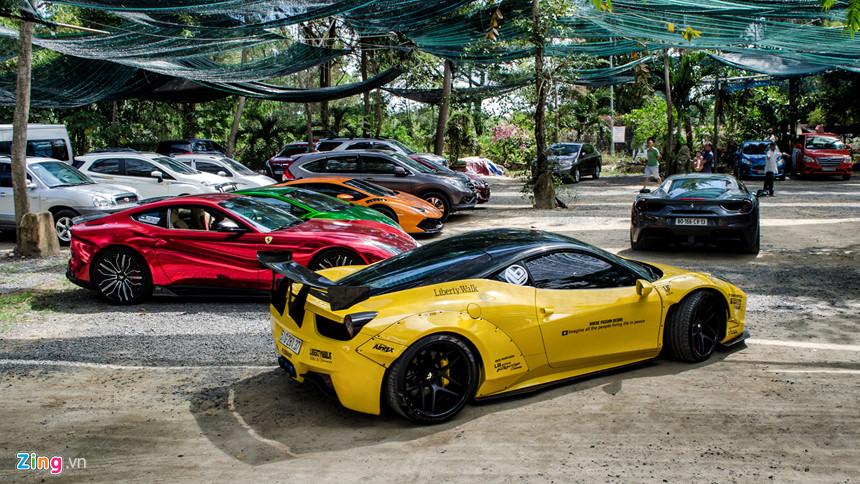 Dàn siêu xe có mặt tại Vũng Tàu sau buổi họp mặt trò chuyện. Chuyến đi còn có thêm sự xuất hiện của Ferrari F12 Berlinetta dán decal màu crôm đỏ nổi bật, cùng với bộ mâm kích thước lớn của Forgiato.