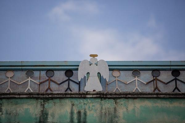 Hình ảnh thiên thần bên lũ trẻ trên tường mái ấm