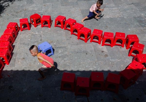 Lũ trẻ tự bày ra trò chơi bằng các đồ dùng trong mái ấm