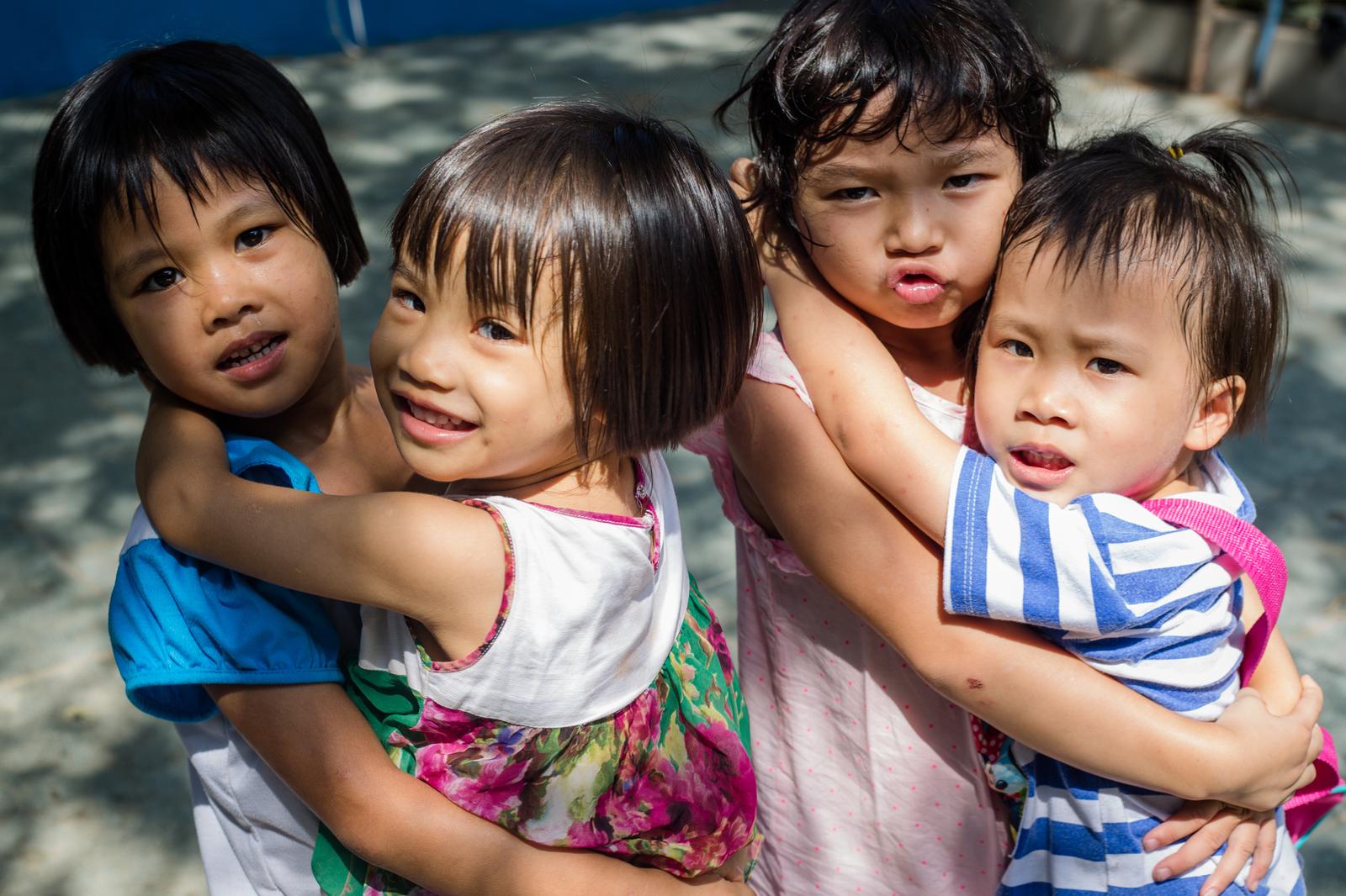 Kim Tâm (thứ hai từ phải qua) chơi đùa cùng các bạn tại mái ấm Thiên Thần