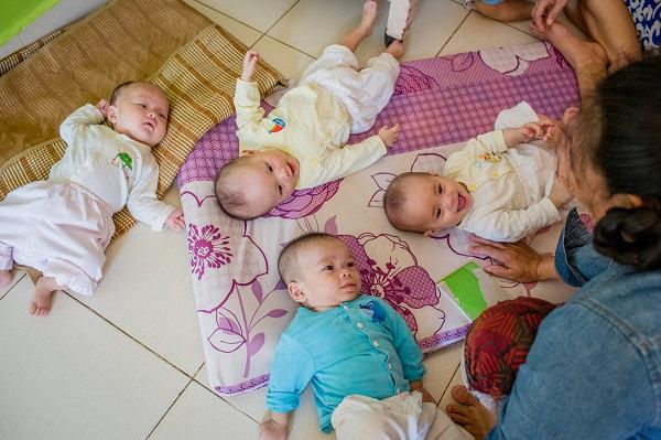 Phòng trẻ sơ sinh, nơi các bảo mẫu chăm sóc những đứa trẻ vừa lọt lòng bị bỏ rơi tại mái ấm Thiên Thần