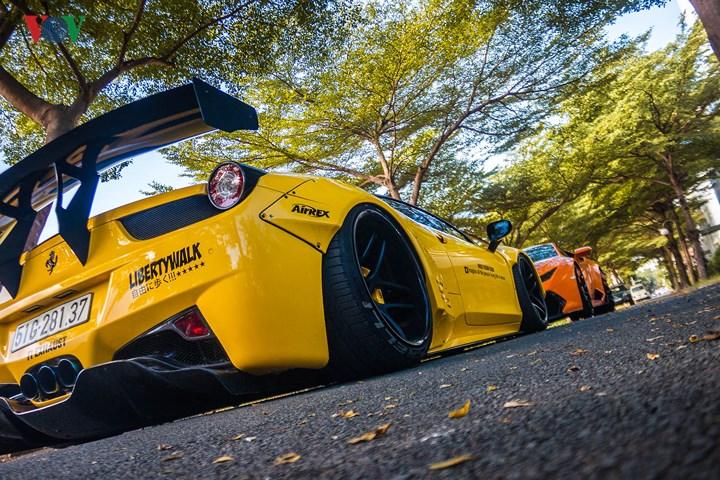 Còn đối với Liberty Walk 458 Italia, chiếc xe khoác trên mình sắc vàng Modena, một sắc vàng đặc trưng của Ferrari.