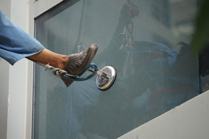 Dụng cụ hít kính gắn chặt vô kính, để công nhân móc chân vào cố định vị trí, không bị đong đưa khi làm việc trên cao