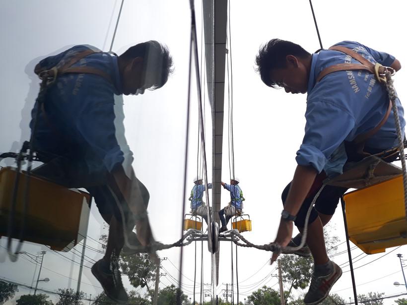 """Đã có những tai nạn xảy ra khi đu dây lau kính """"rửa mặt"""" cho các tòa nhà. Nhiều người cho rằng đu dây lau kính là một trong những nghề nguy hiểm nhất thế giới"""