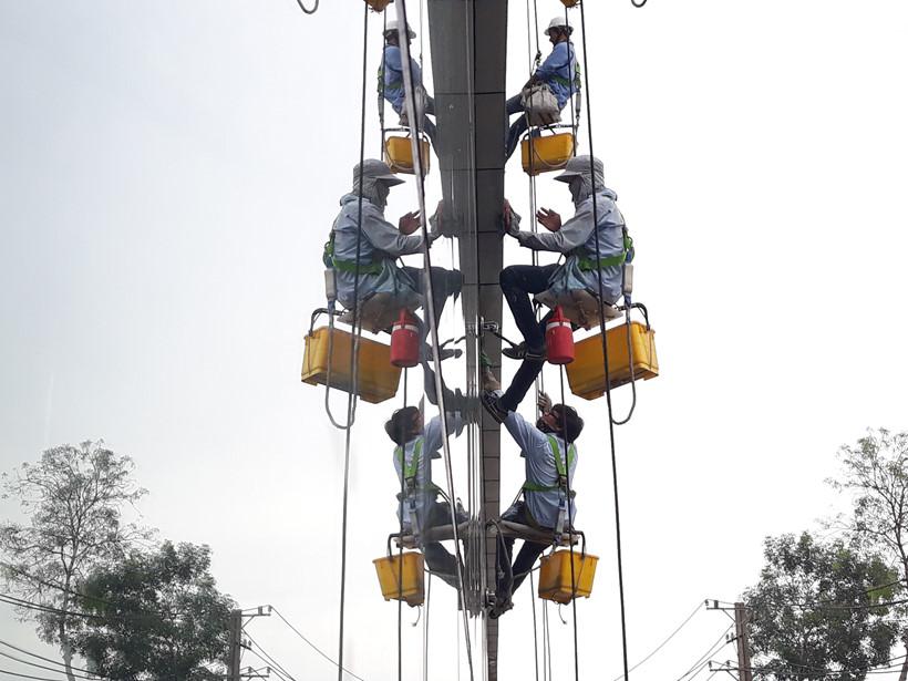 Những công nhân đu dây lau kính cho biết: Càng xuống dưới thấp càng đỡ, chứ treo mình ở trên cao, gió thổi, thấy ghê vô cùng