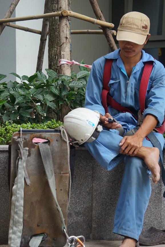 Nguyễn Văn Đức (41 tuổi, Q.Phú Nhuận, TP.HCM) đu dây lau kính được 18 năm. Mỗi lần xong công việc là anh nhắn tin cho vợ an tâm