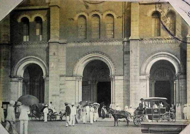 Xe ngựa bên ngoài nhà thờ Đức Bà đầu thế kỷ 20. Ảnh tư liệu.