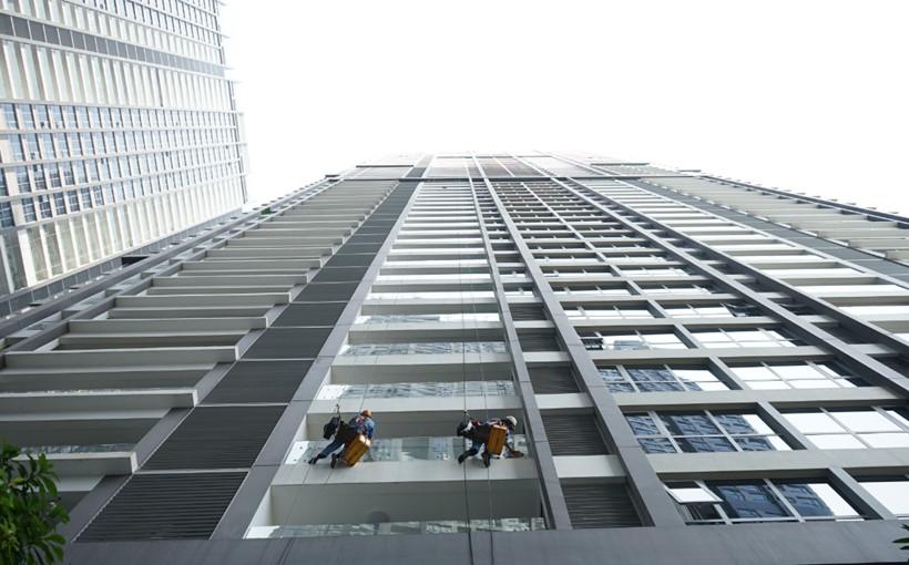 Ngày càng có nhiều nhà cao tầng nên nghề đu dây lau kính bắt đầu rộ lên, nhất là vào thời điểm cuối năm