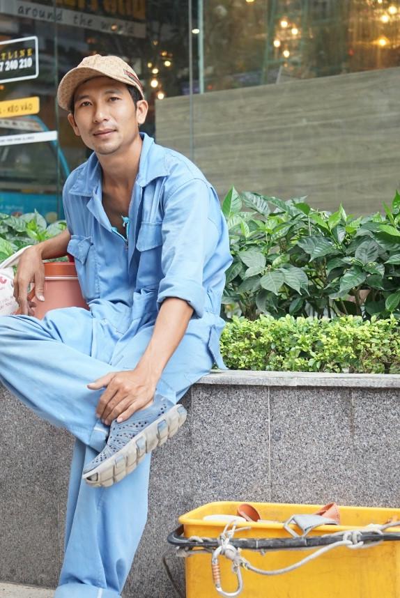 """Nguyễn Duy Quang (29 tuổi, ở Q.2, TP.HCM) đu dây lau kính được 7 năm. Anh kể vợ con thường xuyên ngăn cản, khuyên bỏ việc, kiếm nghề khác để làm, """"nhưng cái nghề này nó 'vận' vào mình thì phải, dứt hoài không được"""", Quang kể"""