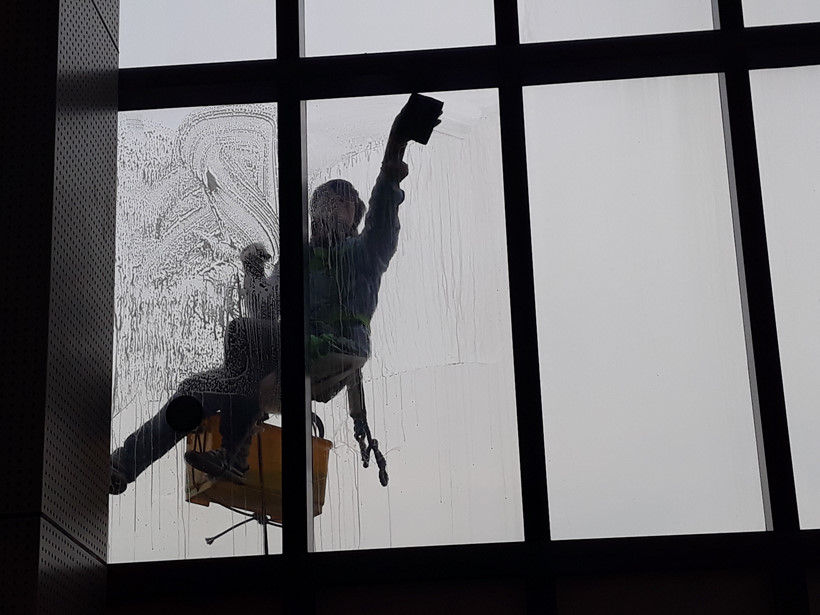 Nguyễn Hải Tùng (28 tuổi, Cà Mau) đu dây lau kính đã 8 năm. Tùng từng đu những tòa nhà cao chọc trời như: Saigon Center 2 (42 tầng, 193 mét), tòa nhà 50 tầng trong khu Vinhome Tân Cảng..