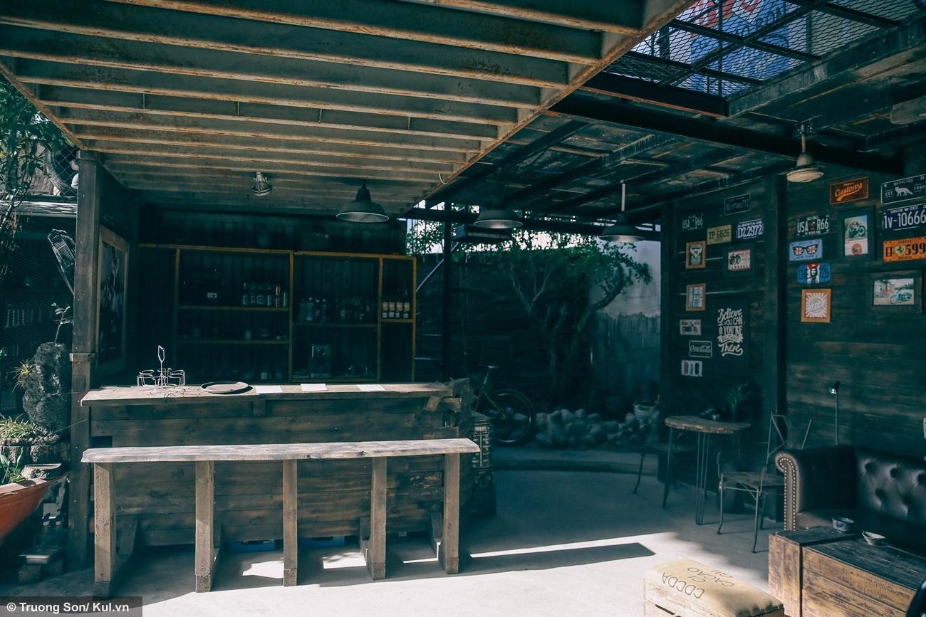 Không gian Cafe Racer Shop được thiết kế chính bằng gỗ và sắt