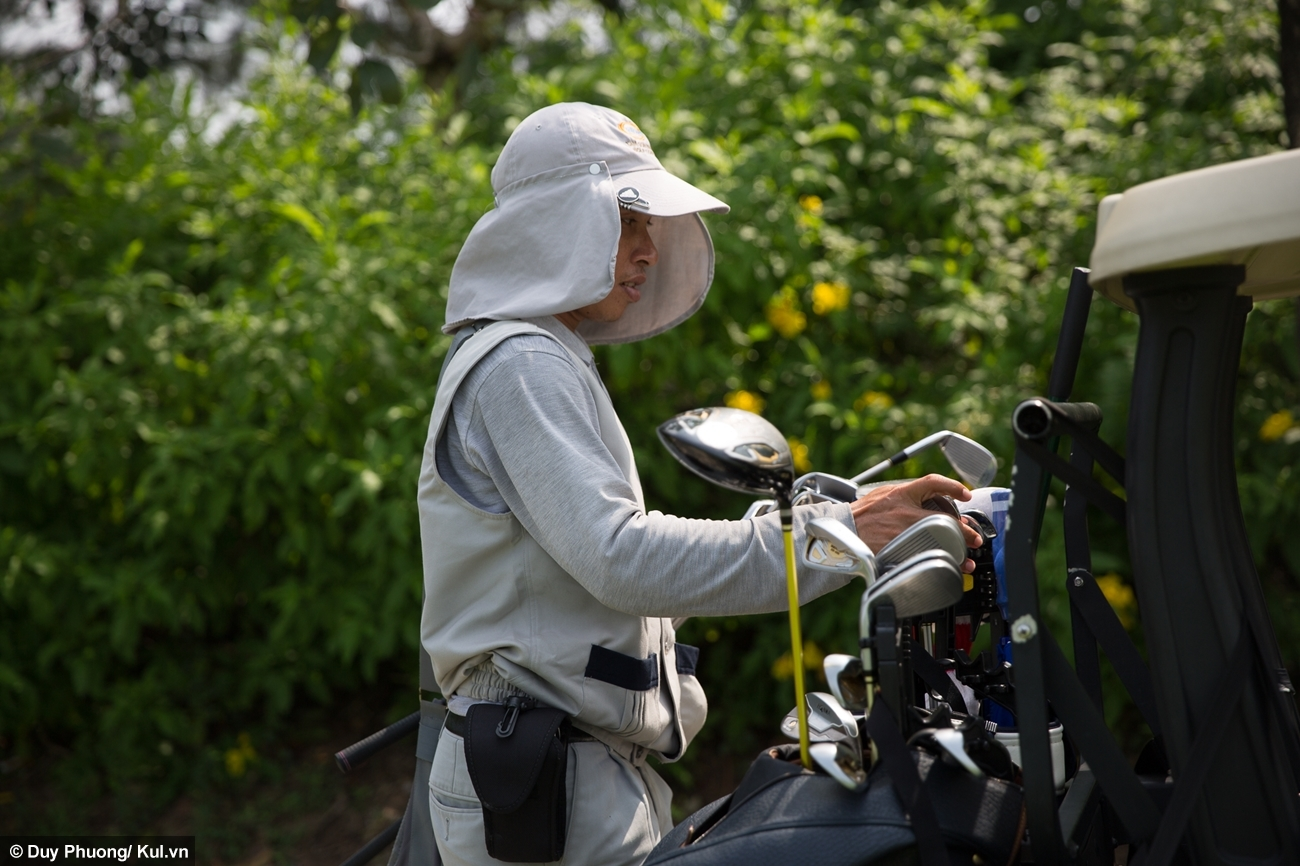 Điều kiện tiên quyết để làm caddie là phải có sức khỏe, vì họ luôn phải đi bộ và mang vác vật dụng hơn chục kilomet mỗi ngày giữa trời nắng nóng. Ở sân golf Tân Sơn Nhất có tới hơn 500 caddie đang hoạt động thì mới phục vụ tốt số lượng khách đông đảo.