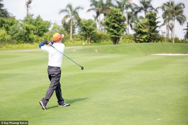 Khoảng cách từ nơi phát bóng tới lỗ dao động khác nhau, tùy địa hình và thiết kế của sân golf. Do đó, golf thủ cũng phải chọn gậy trong bộ để đánh cho phù hợp, vì mỗi loại gậy chỉ đánh được bóng đi xa một khoảng nhất định.