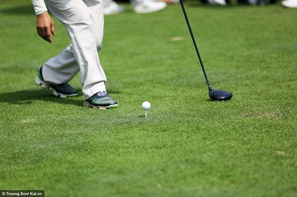 Cú đánh đầu tiên của một lỗ được gọi là cú drive, với mục đích đưa bóng đi càng xa càng tốt. Bóng được đặt trên mặt đất hoặc trên một bệ đỡ nhỏ gọi là tee. Một cú drive tốt có thể đưa bóng đi xa hơn 200yard, tức là hơn 180m.