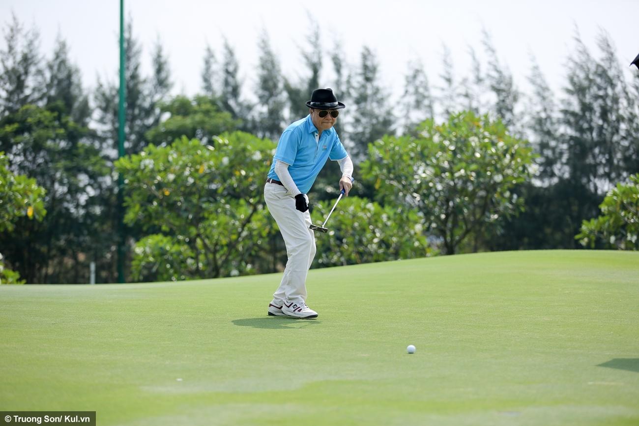 Sau drive sẽ là những cú đánh tiếp theo với mục đích đưa bóng vào lỗ trong càng ít gậy càng tốt. Mỗi lỗ golf sẽ quy định cần tối đa bao nhiêu gậy (lượt đánh) để hoàn thành, thông thường là 3, 4 hoặc 5. Golf thủ hoàn thành việc đưa bóng vào lỗ với bằng hoặc ít hơn số gậy cho phép sẽ thể hiện trình độ của họ.
