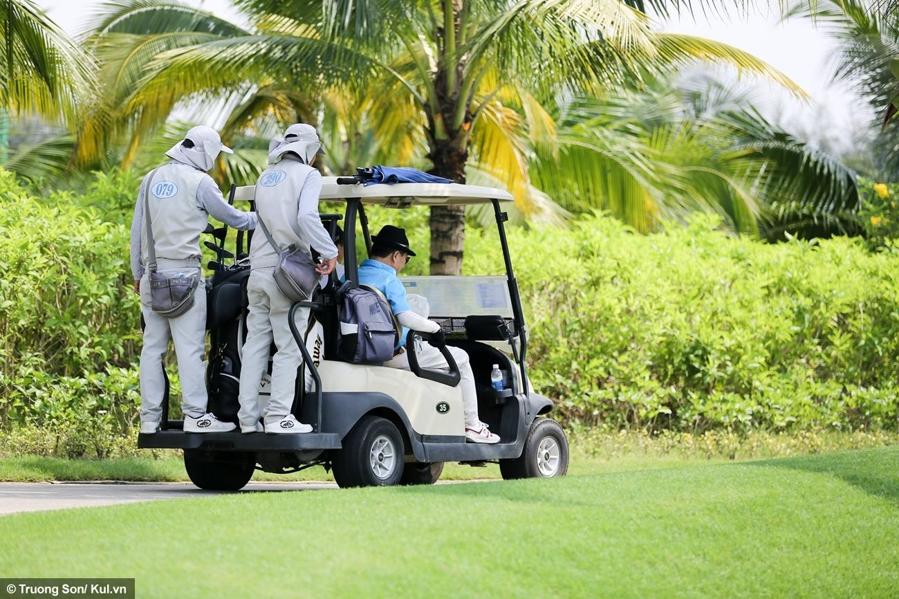 Caddie thường là nhân viên của sân, thực hiện rất nhiều công việc để người chơi đạt được thành tích tốt nhất như tư vấn loại gậy, đo đạc khoảng cách, nhận xét về địa hình, bảo quản bề mặt sân (cào lại cát sau khi đánh bóng khỏi bunker)... Mỗi golf thủ ra sân luôn cần có một caddie đi theo hỗ trợ.