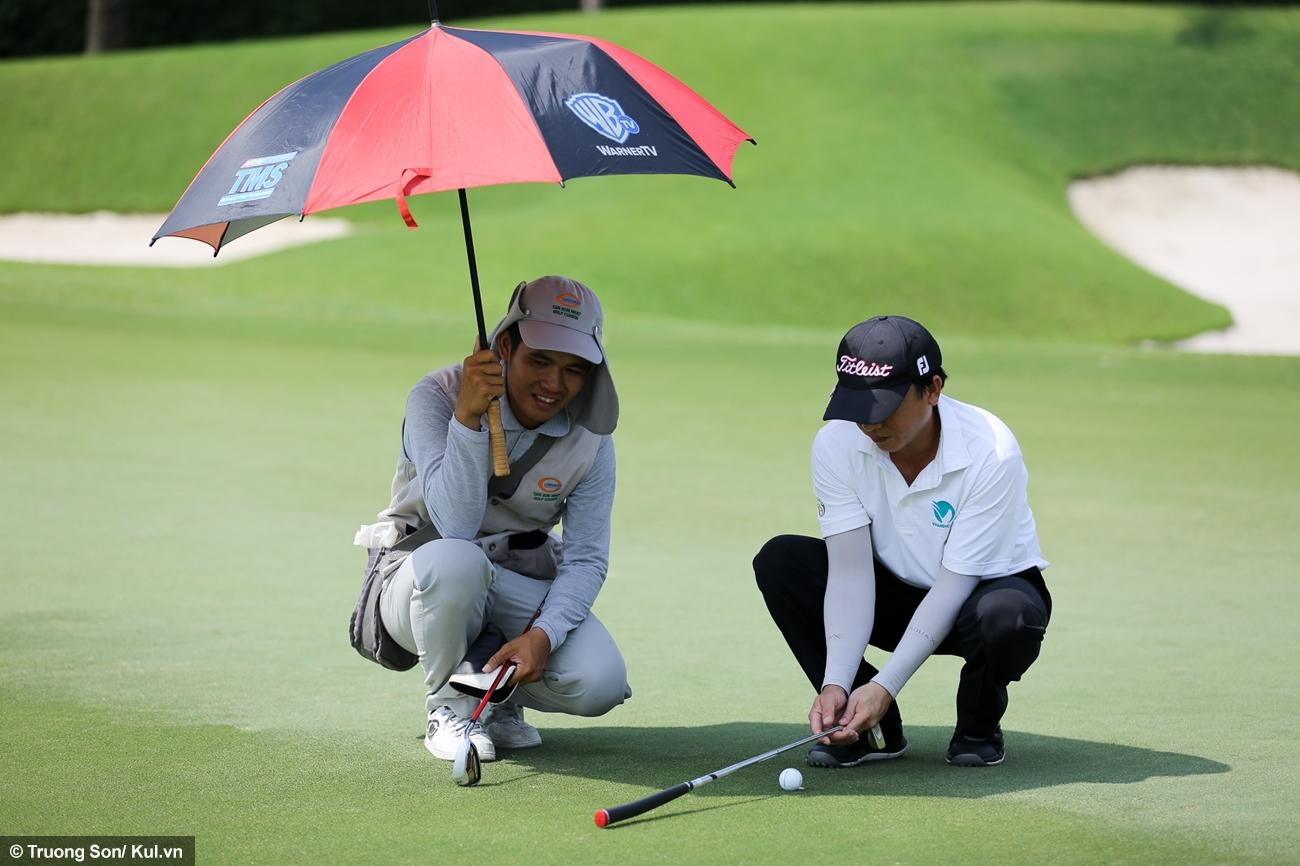 Một golf thủ dùng gậy đo khoảng cách và hướng bóng lăn trước khi thực hiện cú putt. Họ còn nhận được sự tư vấn của caddie về địa hình, sức gió...