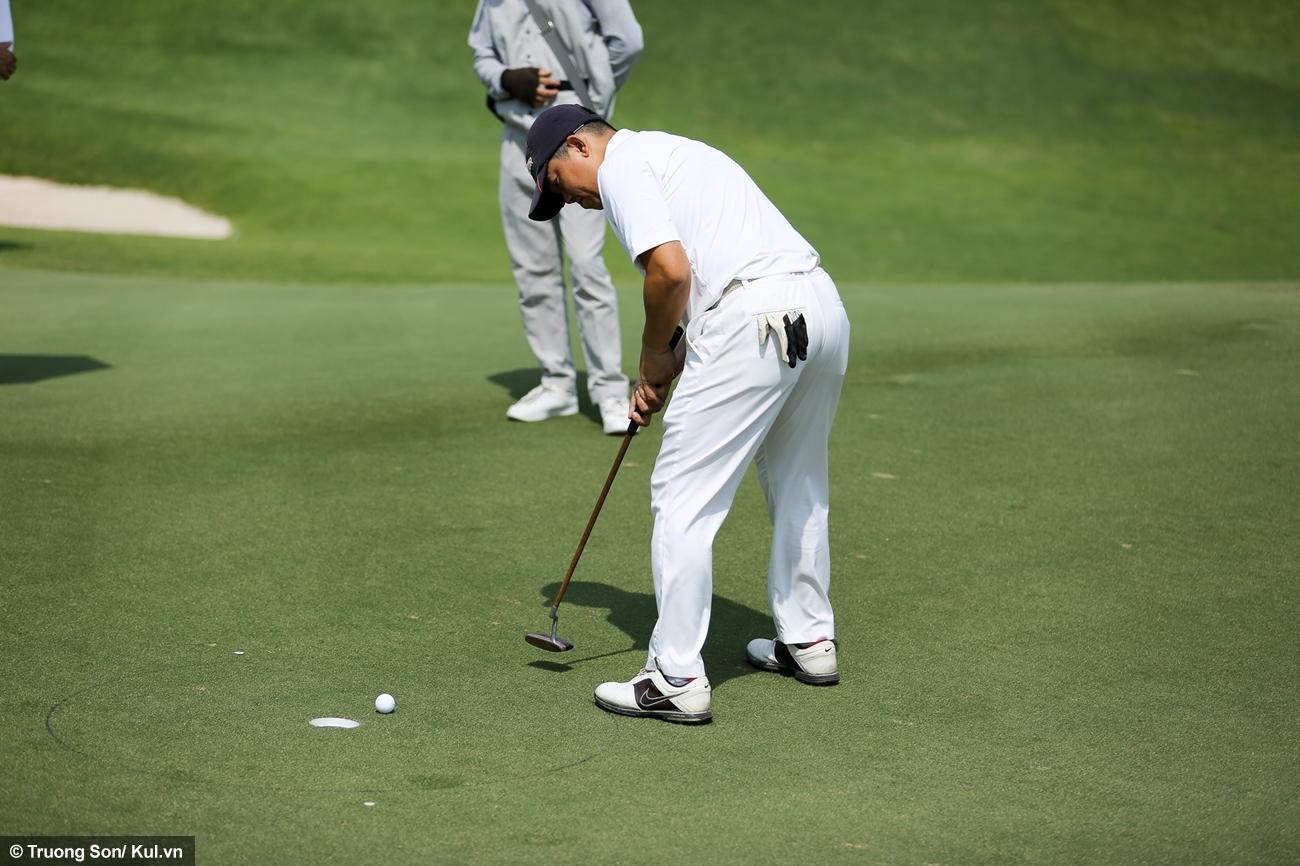 Việc đưa bóng vào lỗ (gọi là putt) được thực hiện tại green (vùng cỏ bằng phẳng và đẹp nhất xung quanh lỗ golf). Tuy khoảng cách rất gần nhưng không dễ thực hiện và được các golf thủ dành tập trung cao độ.